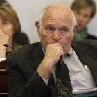 sen_richard_sears_listens_during_debate_april_21_2011_in_montpelier_ap110421115822_toby.jpg